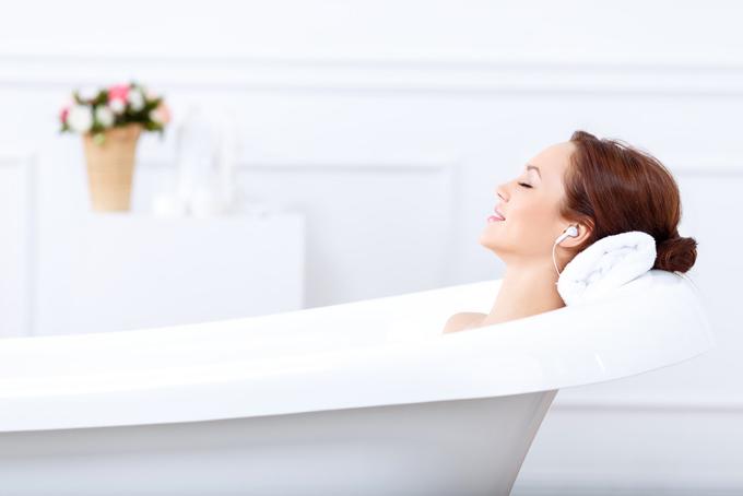 お風呂に入っている女性の写真