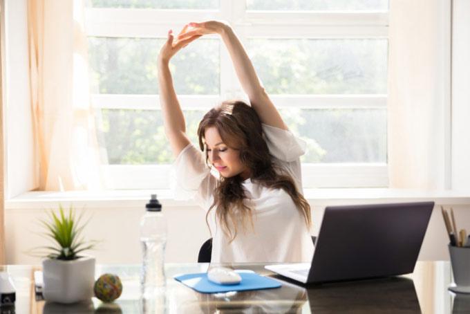 仕事中にストレッチをする女性