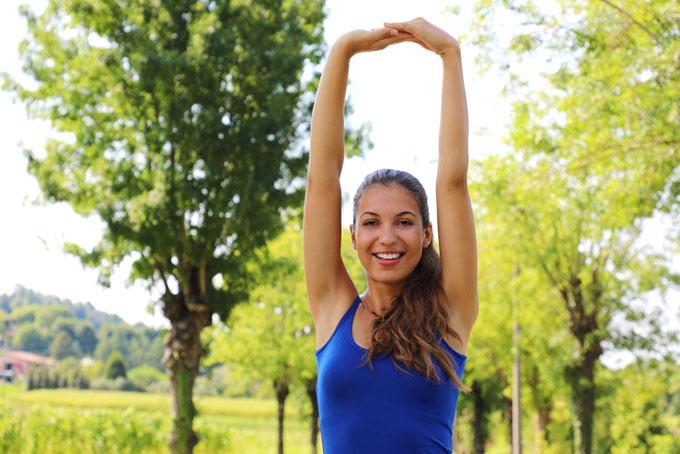 腕を伸ばしている女性の画像