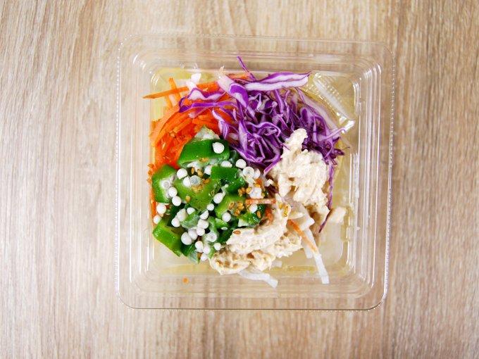 容器のふたを外した「胡麻マヨ蒸し鶏のこんにゃく麺サラダ」の画像
