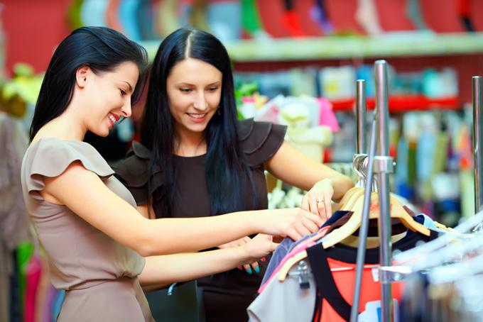 服を選ぶ2人の女性の画像