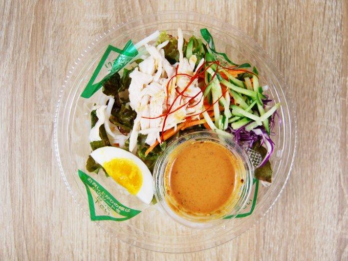 ふたを外した「野菜たっぷり! ピリ辛ごまだれで食べるパスタサラダ」の画像