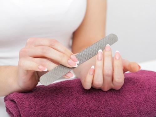 爪にやすりをかける女性