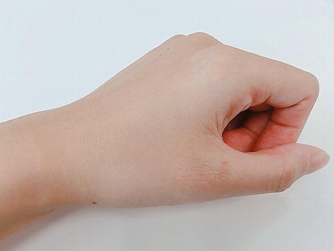 パフをつける前の手の甲の状態