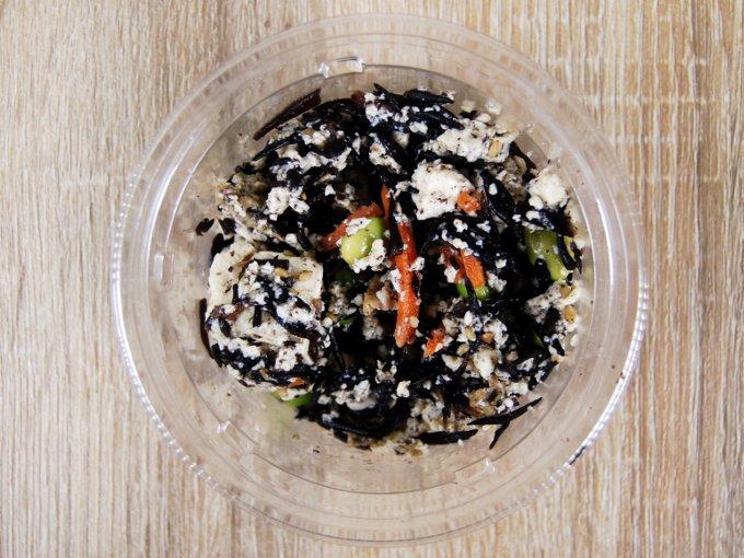 容器のふたを外した「6種具材のお豆腐とひじきの煮物」の画像