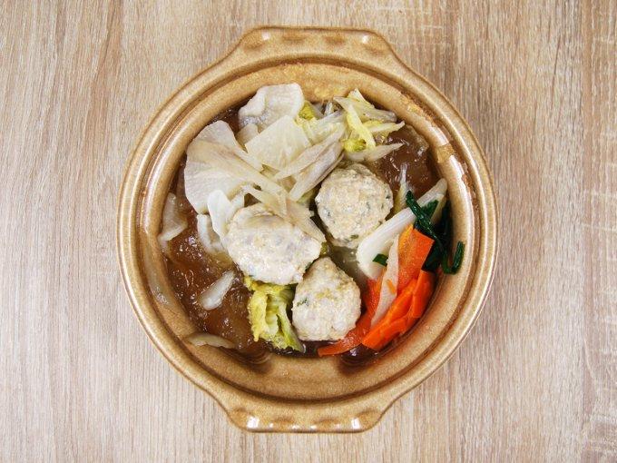 容器のふたを外した「1/2日分の野菜! だし香る鶏団子鍋」の画像