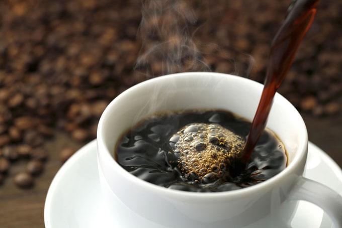 コップに注がれるコーヒーの画像