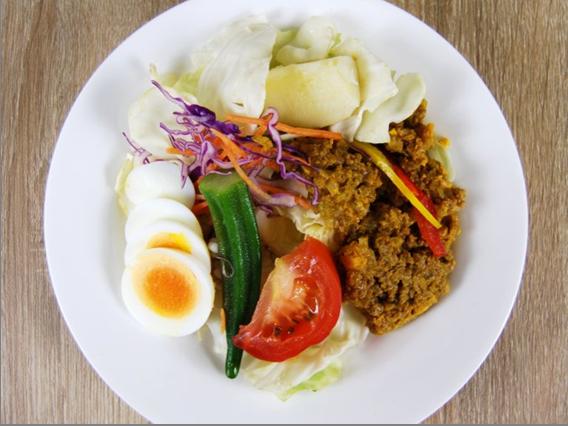お皿に移した「キーマカレーホットサラダ」の画像