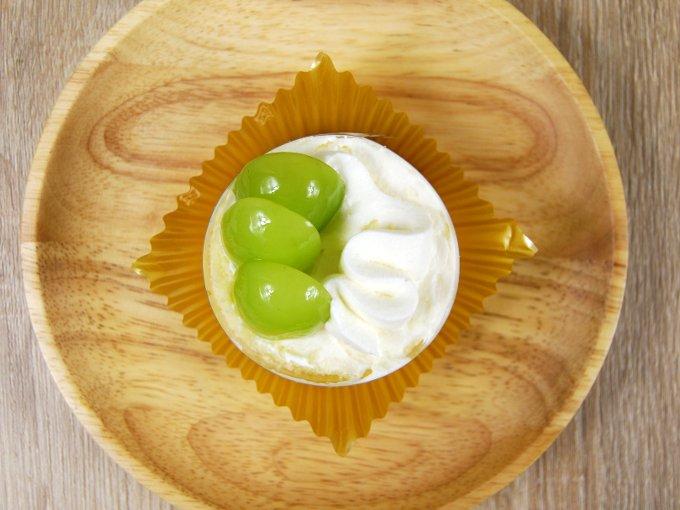 お皿に移した「シャインマスカットのショートケーキ」の画像