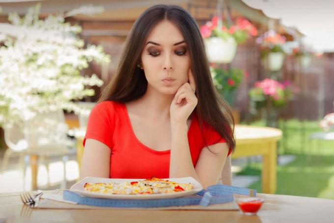 食事制限をしている女性