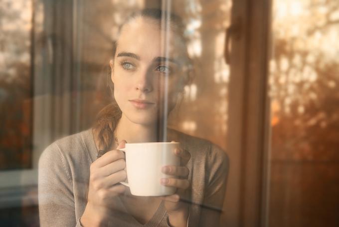 窓の外を眺めている女性