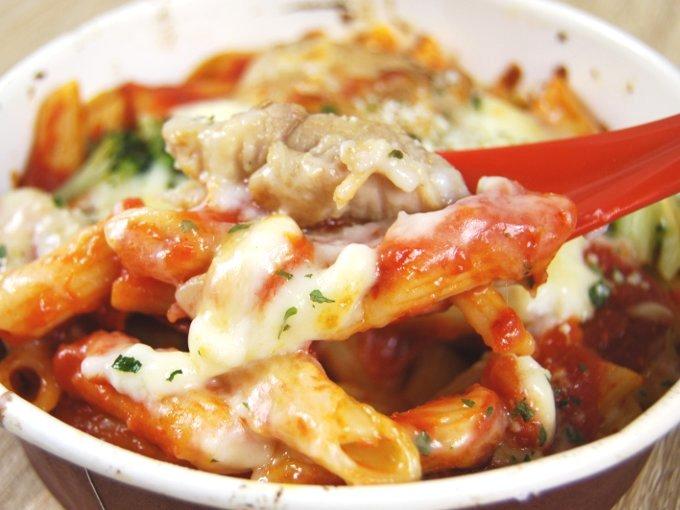 「チキンとトマトソースのグラタン」をスプーンですくった画像