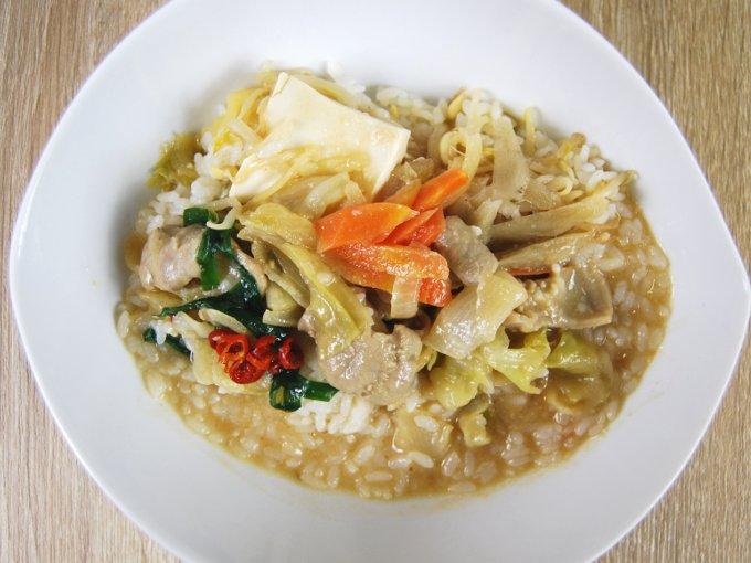 お皿に移した「1/2日分の野菜! 白味噌仕立ての牛もつ丼」の画像