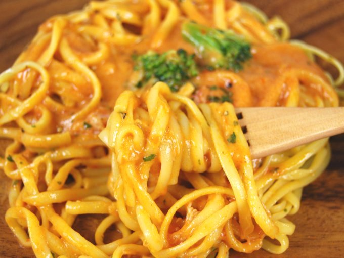 お皿に移した「蟹のトマトクリームパスタ」のアップ画像