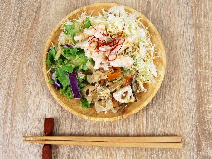 お皿に移した「根菜とサラダチキンのサラダ」の画像