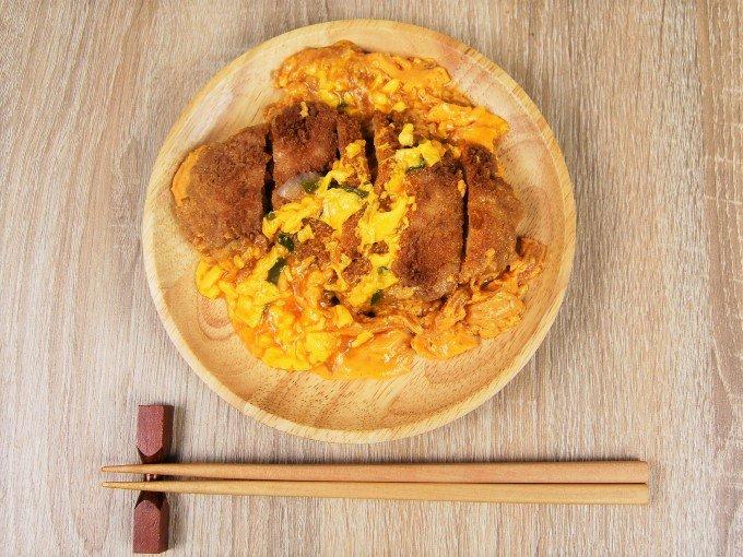 お皿に移した「とろ~り玉子のチキンかつ煮」の画像