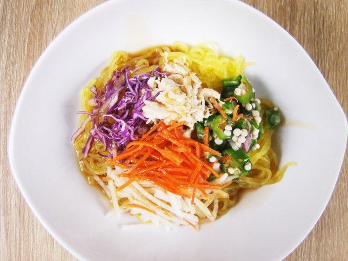 お皿に移した「胡麻マヨ蒸し鶏のこんにゃく麺サラダ」の画像
