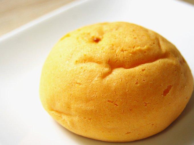 お皿に移した「もちぷよ(パンプキンプリン風味)」を横から見た画像