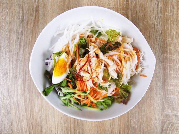 お皿に移した「野菜たっぷり! ピリ辛ごまだれで食べるパスタサラダ」の画像