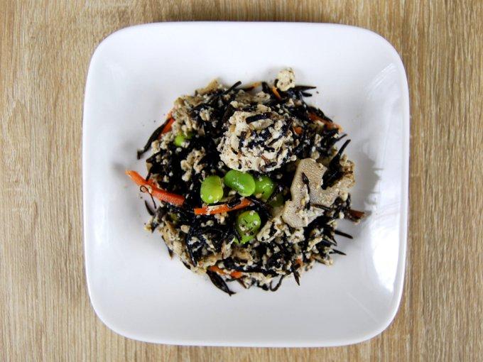 お皿に移した「6種具材のお豆腐とひじきの煮物」の画像