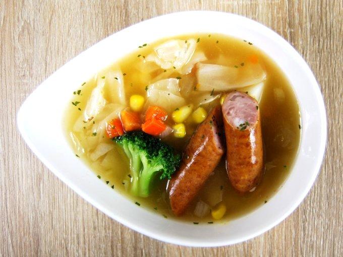 お皿に移した「野菜とウインナーのコンソメポトフ」の画像