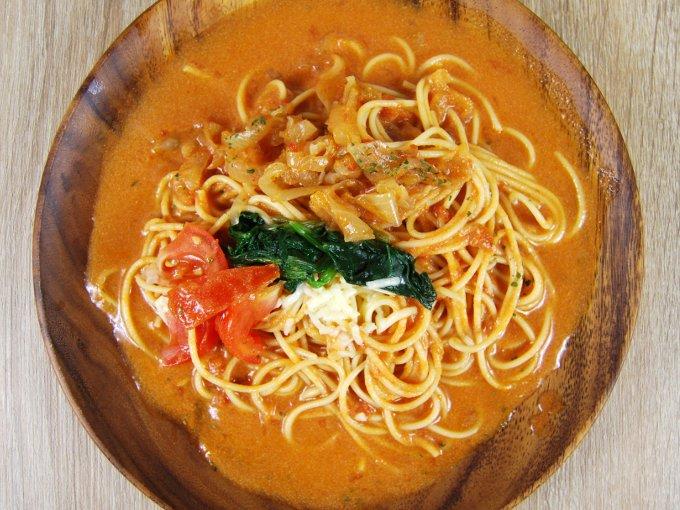 お皿に移した「1/2日分野菜 トマトクリームのスープパスタ」の画像