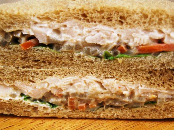 「全粒粉サンド 蒸し鶏と根菜のサラダ」のアップ画像
