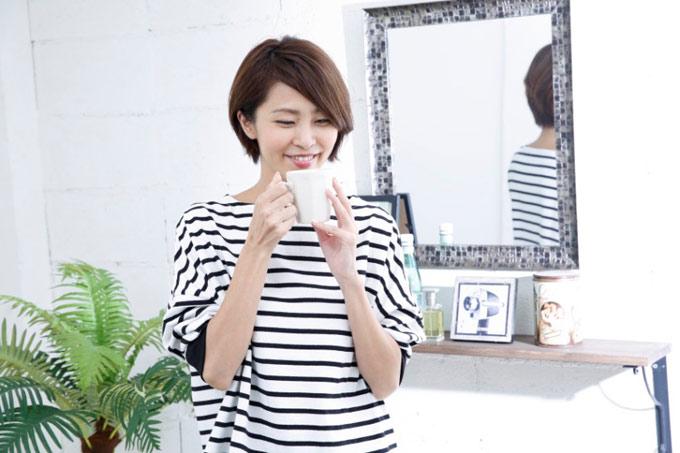 ハトムギ茶を飲む坂元さん