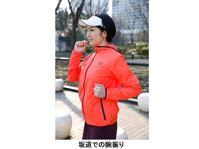坂道での腕の振りかたを実践する女性