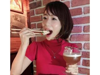 飲み食べしている佐藤さん