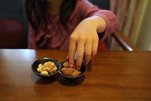 ナッツを食べる子ども