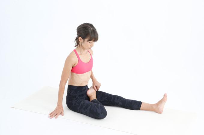 右ひざを曲げて、足を左脚のつけ根に乗せる