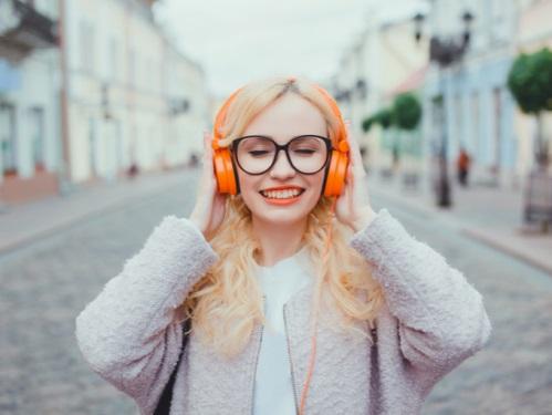 笑顔で音楽を聴く女性