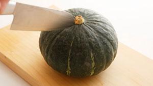 刃先をかぼちゃに入れている写真