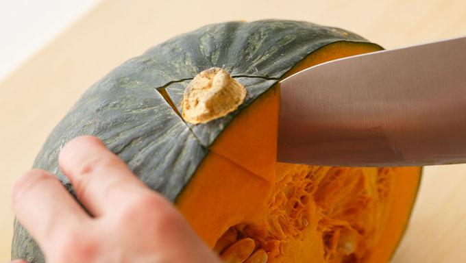 かぼちゃのへたを取っている写真