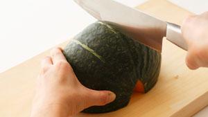 かぼちゃを切っている写真
