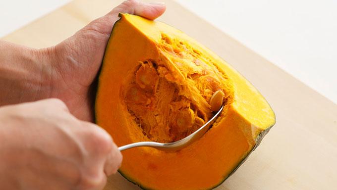 かぼちゃのワタを取っている写真
