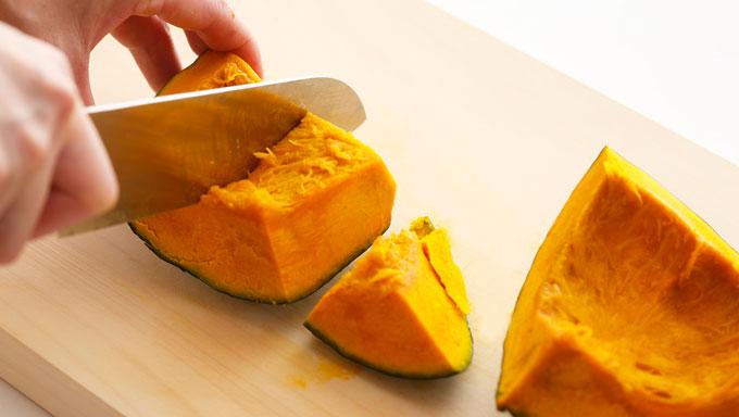 かぼちゃを細かく切っている写真