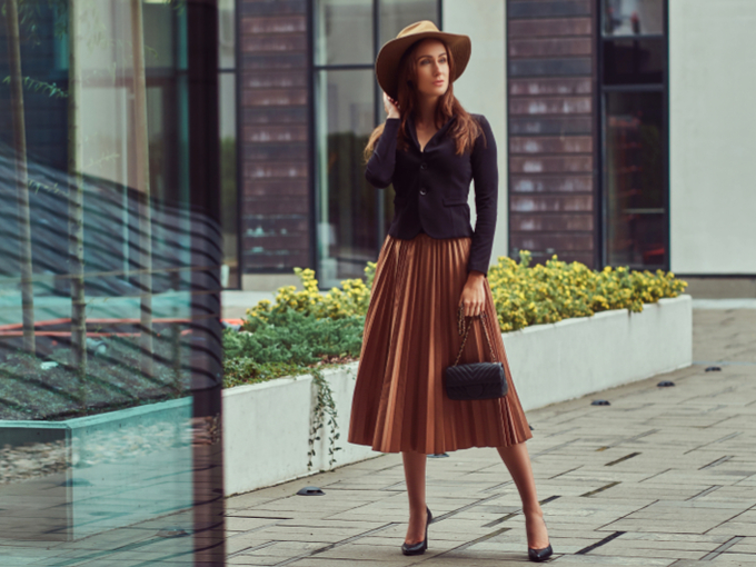 茶色いスカートの女性