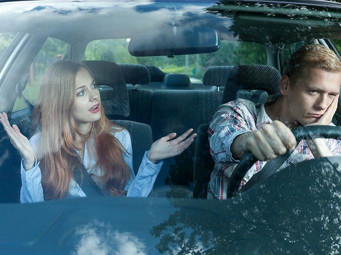 車内で険悪な雰囲気のカップル