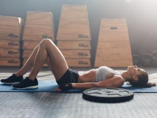 トレーニングに疲れた女性