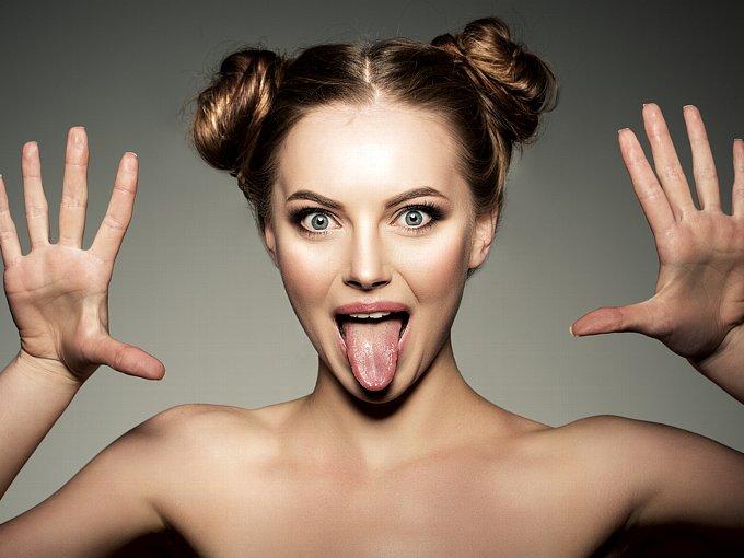 舌を出し、目を見開く女性
