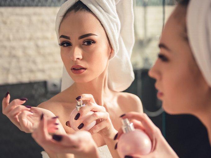 手首に香水をつける女性