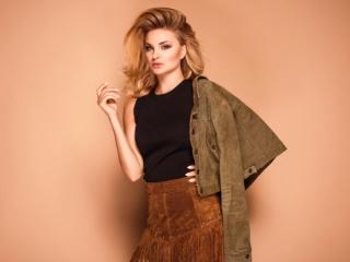 秋ファッションに身をつつむ女性