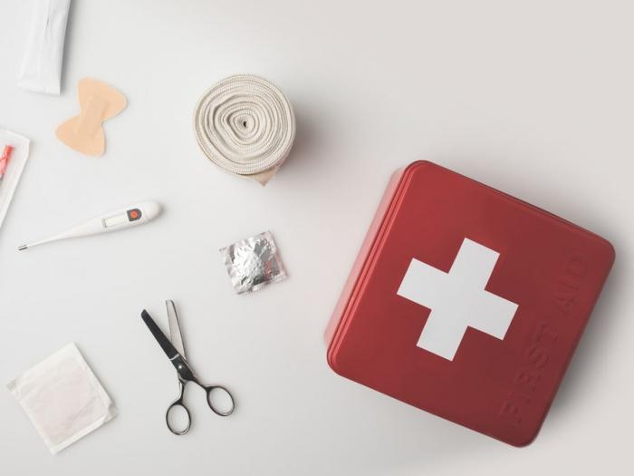 赤い救急箱の画像