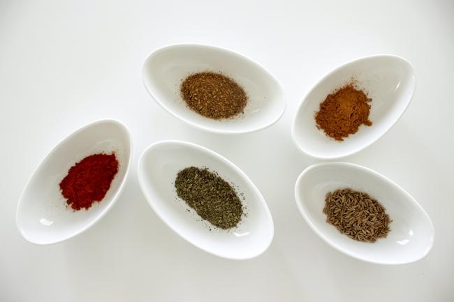 左から時計回りに、スモークパプリカ、花椒、シナモン、クミンシード、バジル。