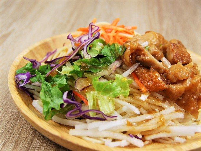 お皿に移した「若鶏の唐揚げパスタサラダ」のアップ画像