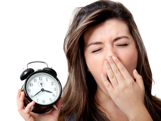 あくびをしている女性の画像