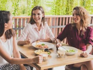 テラスで食事をしている女性3人