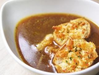 こんがり焼いたチーズと玉ねぎの甘味が絶妙にマッチ!「こんがりチーズのオニオンスープ」がセブンに登場